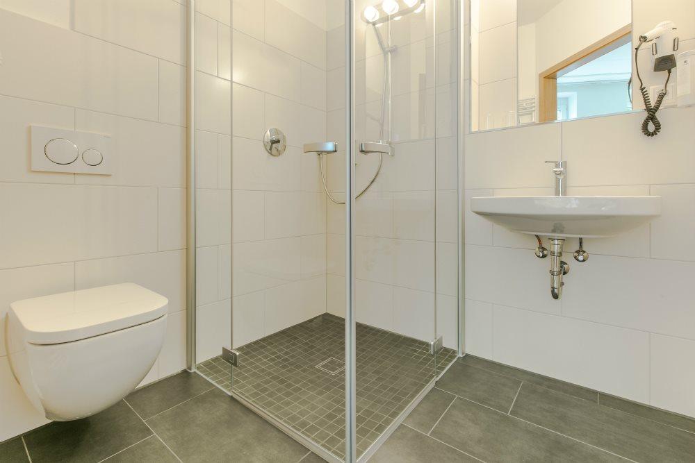 Badezimmer mit Föhn und Kosmetikspiegel