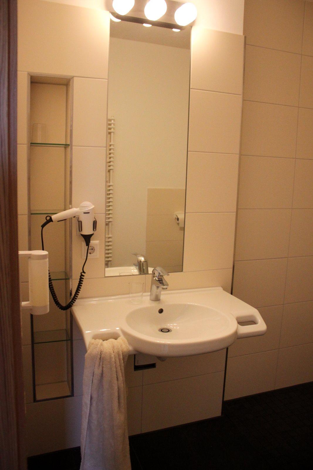 barrierefreies Waschbecken mit Föhn, Spiegel und Griffe